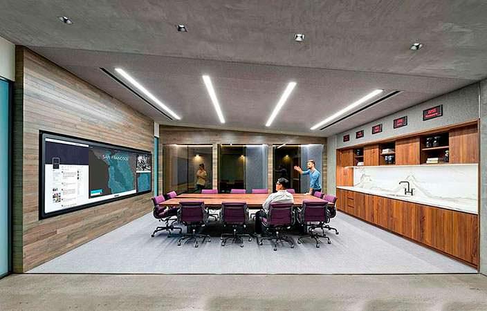 Конференц-зал с большим экраном