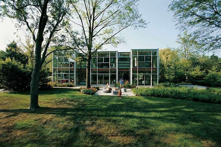 Двухэтажный стеклянный дом
