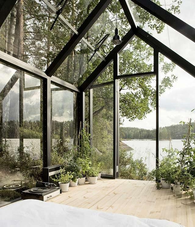 Небольшой стеклянный дом