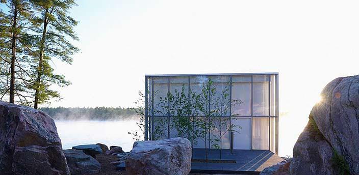 Стеклянный дом у озера