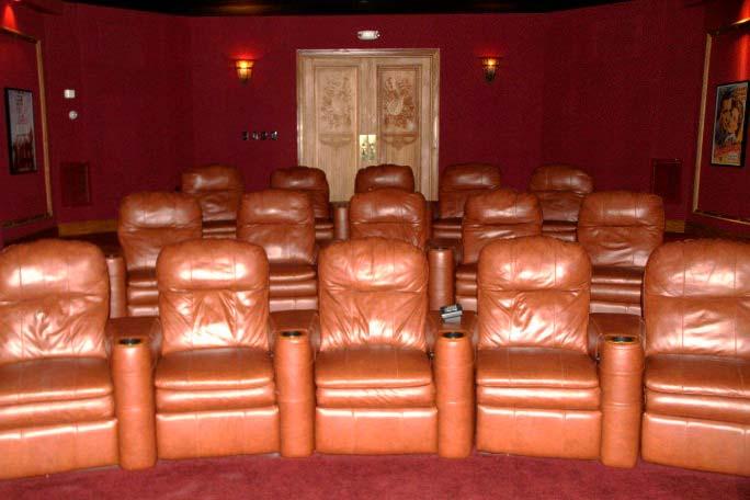Фото | Кинотеатр с кожаными креслами в доме