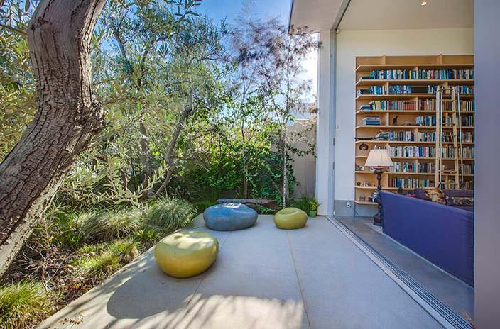 Задний двор дома в Калифорнии от Abramson Teiger Architects