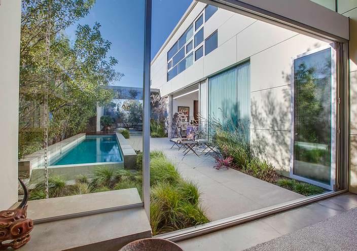 Вид на внутренний двор из гостиной в калифорнийском доме