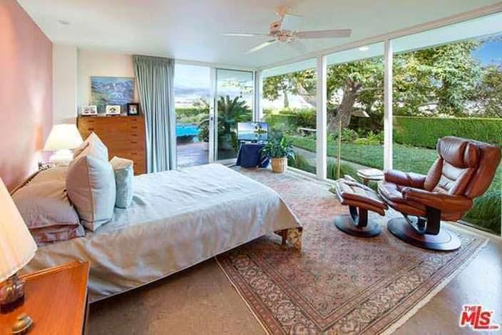 Спальня со стеклянной стеной