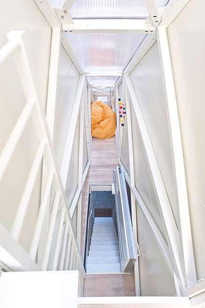 Тесный вход в дом