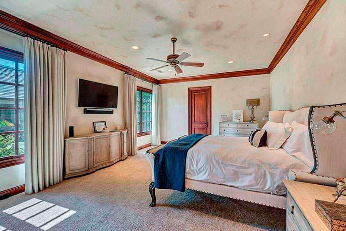 Красивый дизайн спальни в доме Селены Гомес