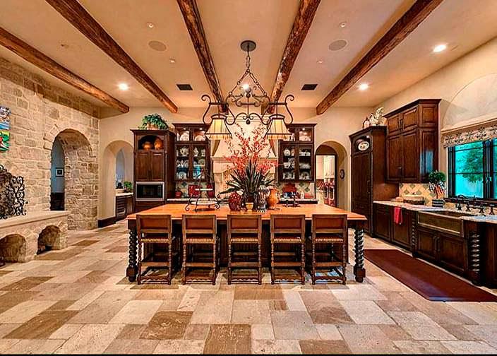 Огромная кухня в доме