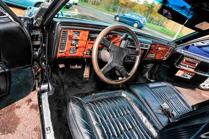 Водительское место в лимузине Кадиллак