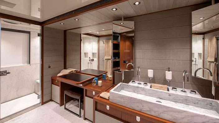 Мраморная раковина в ванной