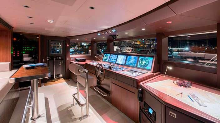 Капитанский мостик яхты X