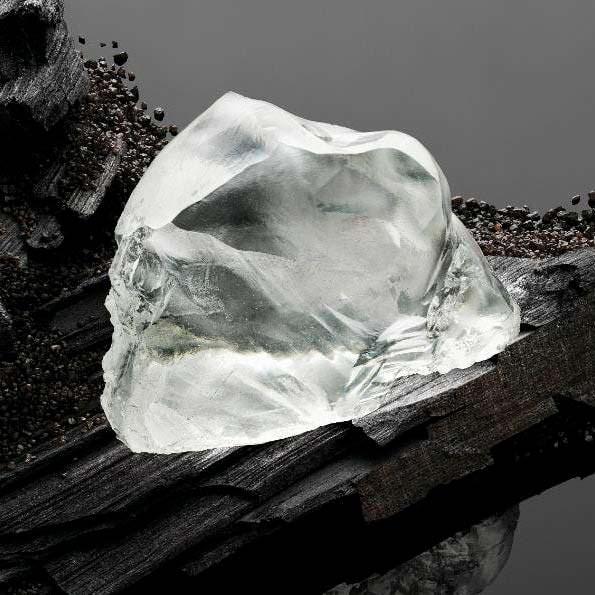 Неограненный алмаз Queen of Kalahari весом 342 карата