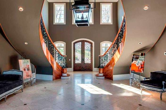 Парадная лестница в доме