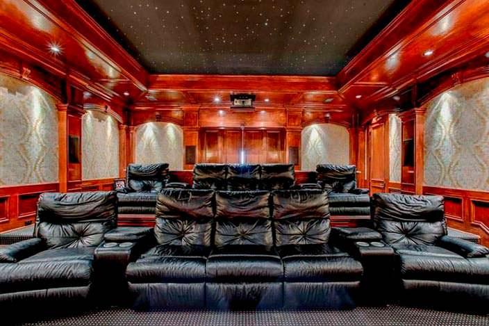 Вип-кинотеатр с диванами