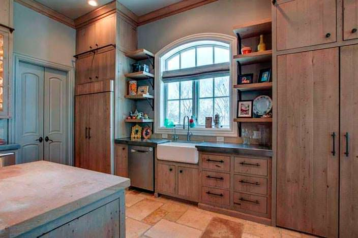 Кухня с большим окном