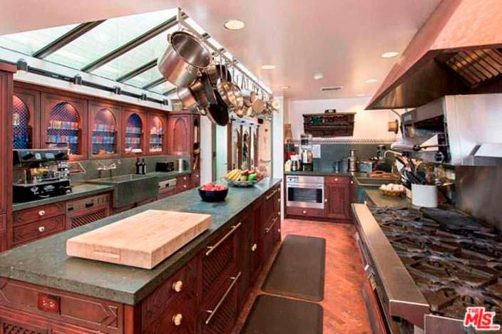 Профессиональная кухня в доме