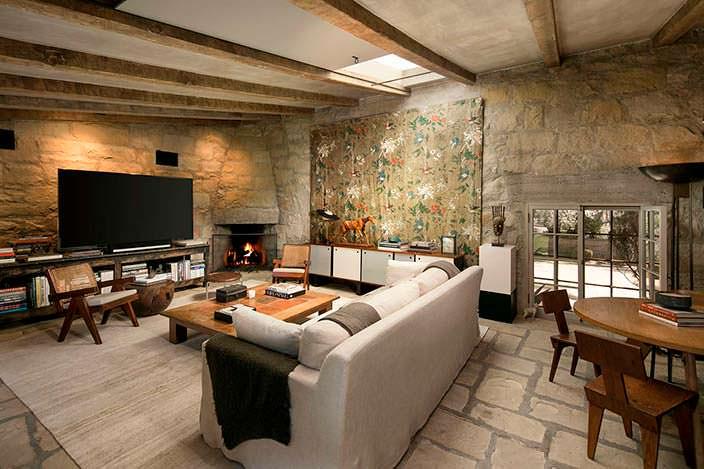 Дизайн гостиной с каменными стенами