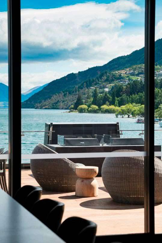 Вид на озеро и горы из номера отеля