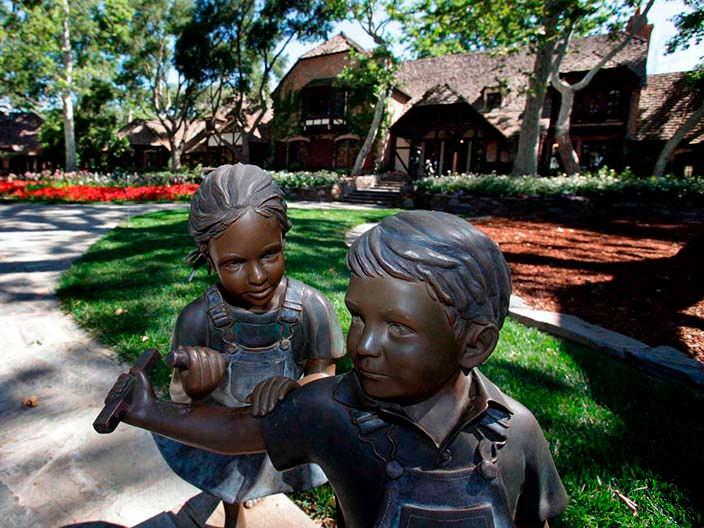 Бронзовые статуи на территории усадьбы