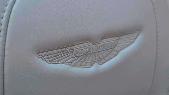 Логотип Aston Martin на спинке сиденья
