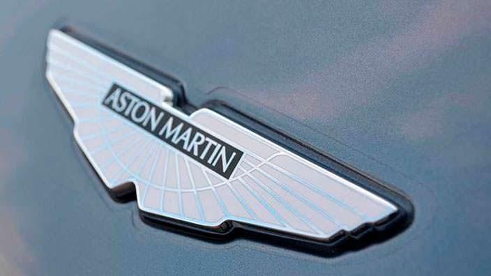 Фото | Логотип Aston Martin на капоте Vanquish