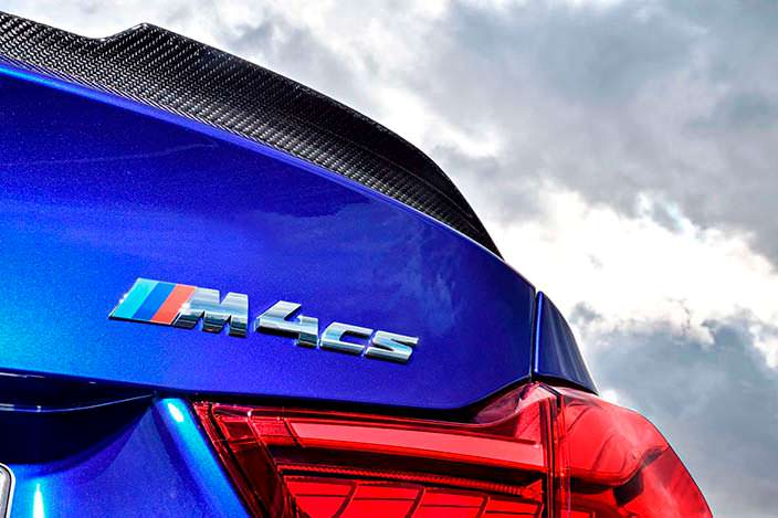 Надпись M4 CS на крышке багажника BMW M4