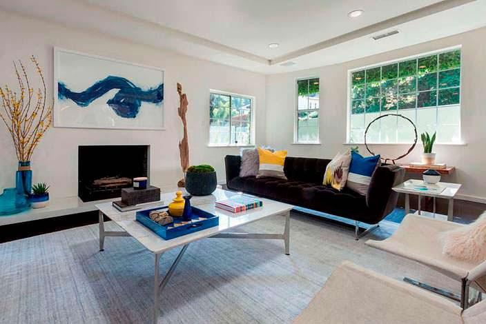 Фото | Современный камин в интерьере гостиной Джареда Лето