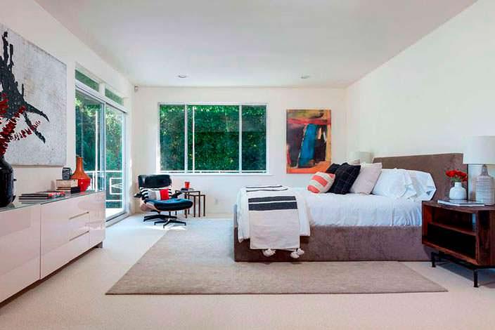 Фото | Спальня на втором этаже с балконом дома в Голливуде