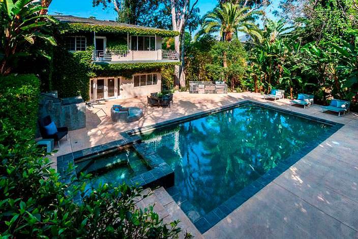 Фото | Бассейн, спа и барбекю на заднем дворе дома