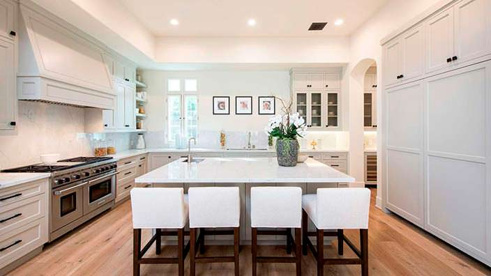 Фото | Дизайн кухни в светлых тонах в доме Джейн Фонда