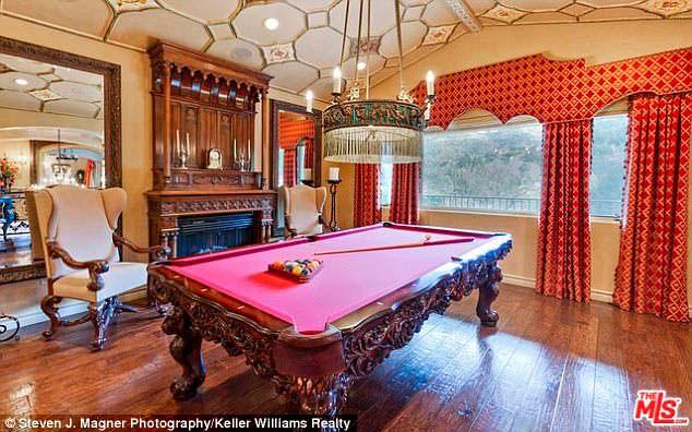 Фото | Классический бильярдный стол в доме Крис Дженнер