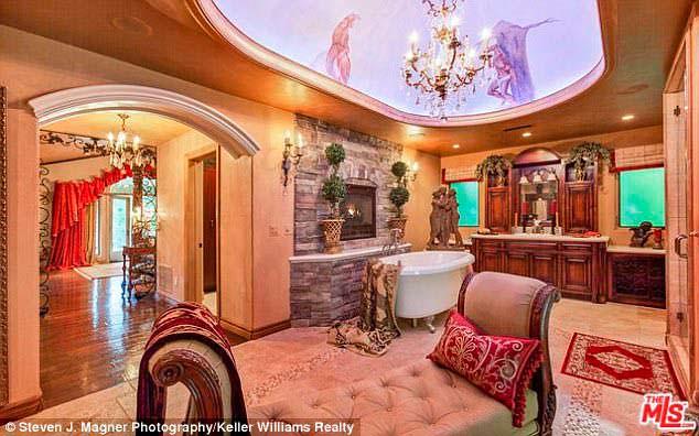 Фото | Дизайн ванной в классическом стиле дома Крис Дженнер
