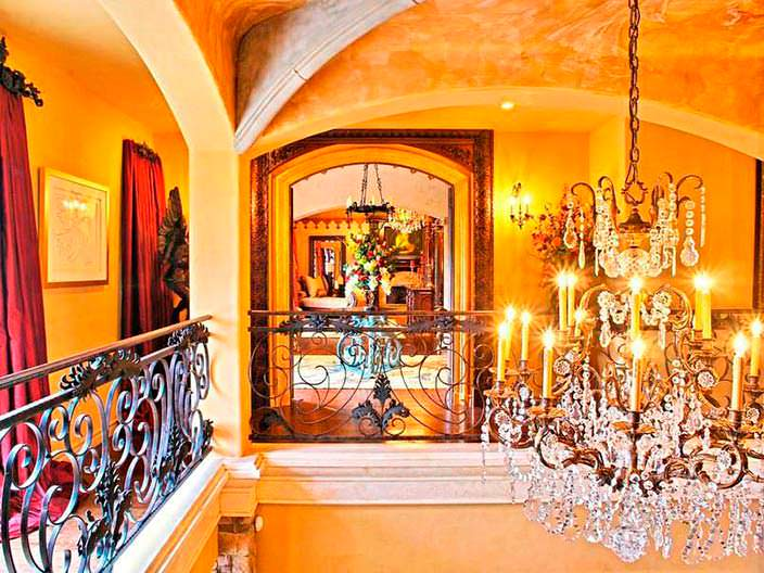 Фото | Итальянские люстры в дизайне дома Крис Дженнер