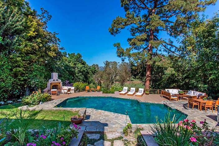 Фото | Бассейн и кафельный камин на заднем дворе дома
