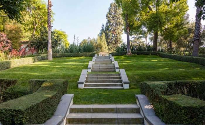 Фото | Частный сад виллы, которую купит Анджелина Джоли