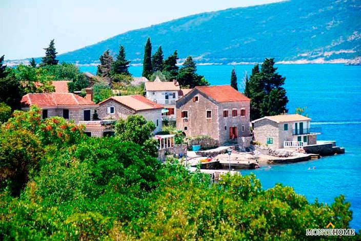 Такие дома в Черногории на берегу моря купите в MonteHome