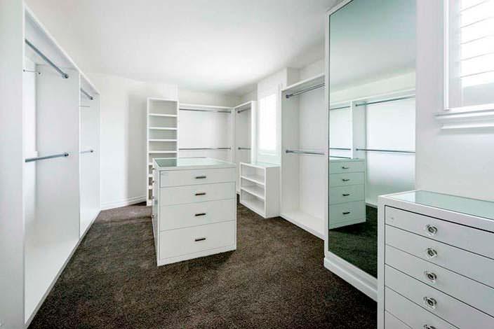 Фото | Просторная гардеробная комната спальни Кайли Дженнер