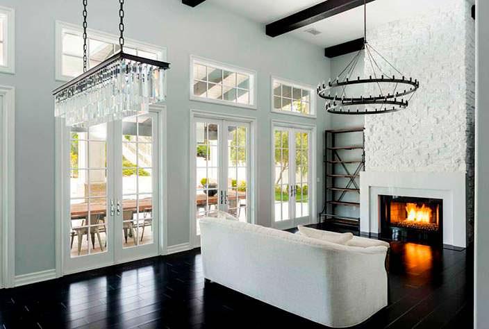 Фото | Интерьер гостиной комнаты с камином в доме модели