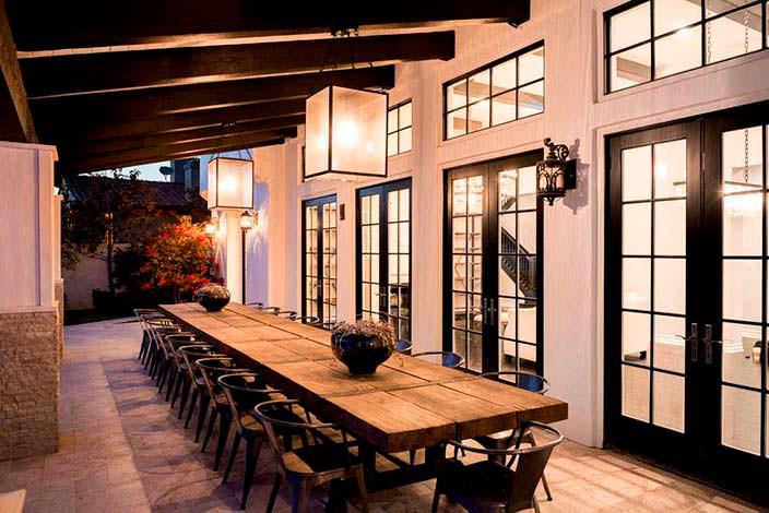 Фото | Дизайнерские светильники под навесом в доме Дженнер