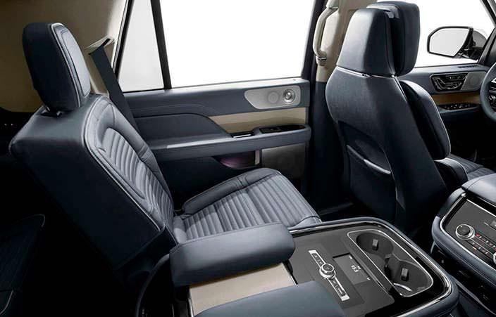 Фото | Подлокотник между задними сиденьями Lincoln Navigator