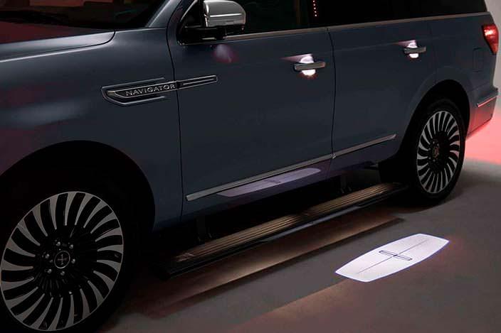 Фото | Новый Lincoln Navigator: дверные ручки с проекцией