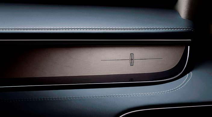 Фото | Логотип Lincoln в салоне Navigator нового поколения