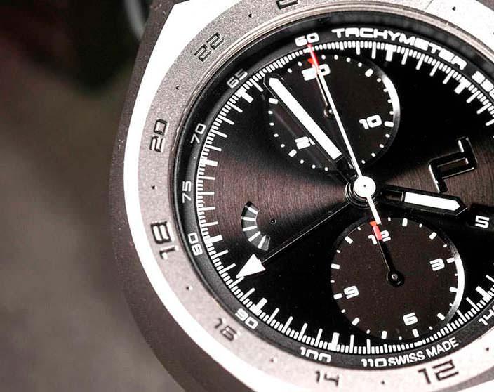 Часы в титановом корпусе Porsche Design Monobloc Actuator Chronograph