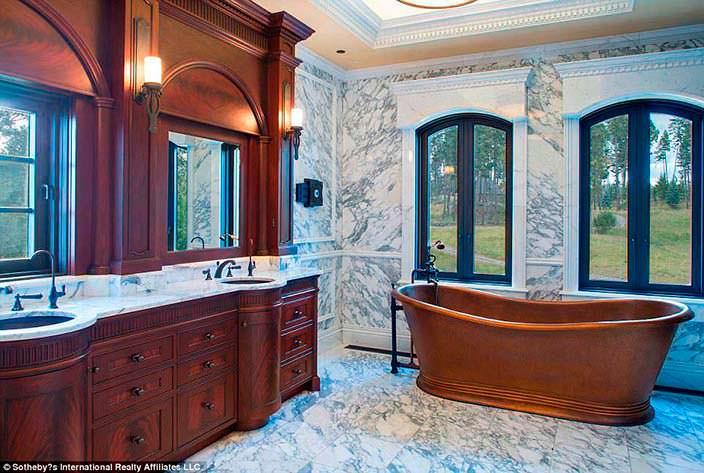 Дизайн ванной комнаты: мрамор и дерево