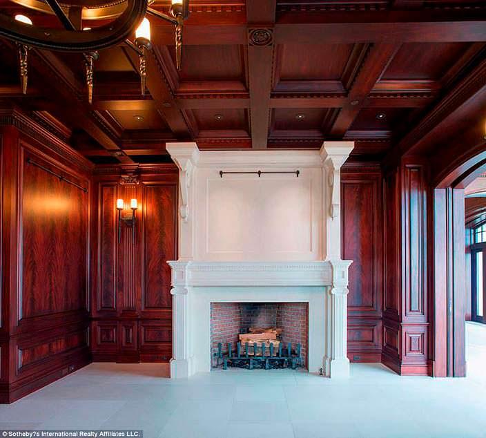 Фото | Большой камин в дизайне комнаты из деревянных панелей