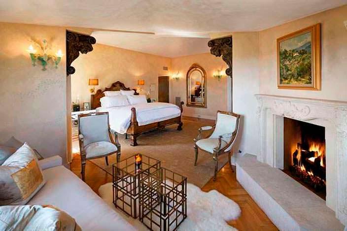 Дизайн спальни с камином в калифорнийском доме