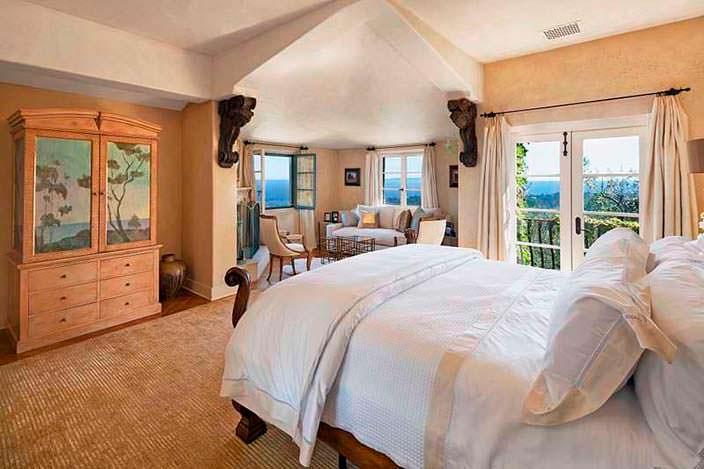 Уютный дизайн спальни с балконом в доме Джеффа Бриджеса
