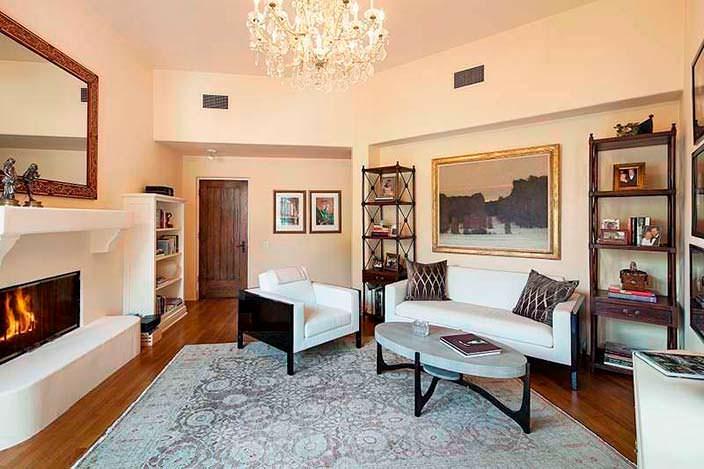 Кабинет с журнальным столиком, камином и диваном