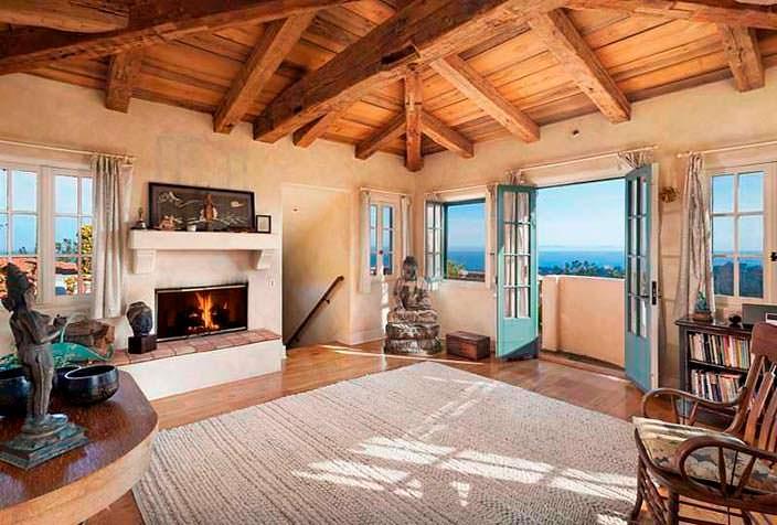 Потолочные балки в дизайне комнаты с камином
