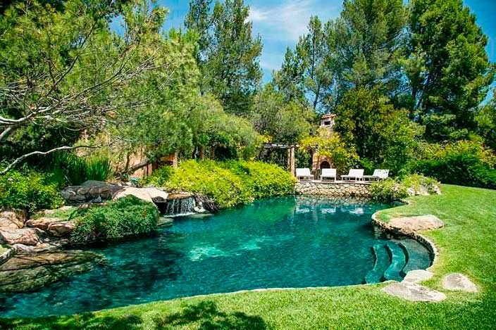 Бассейн с водопадом в форме пруда. Монтесито, Калифорния