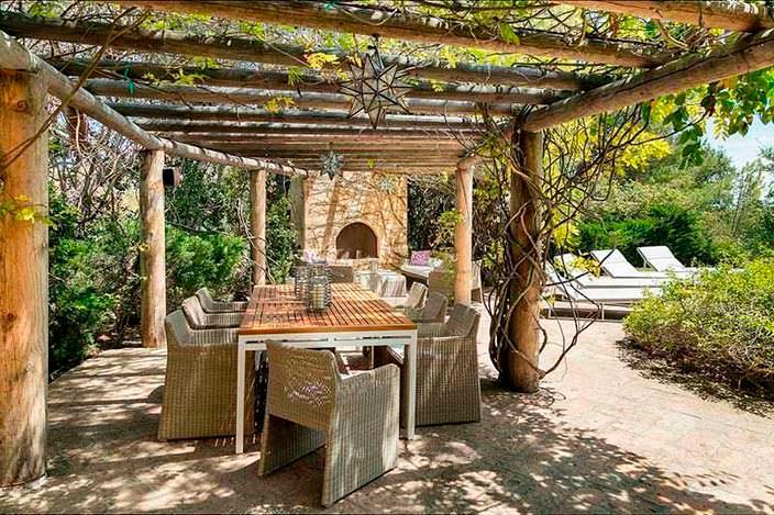 Обеденный стол под виноградником у дома Джеффа Бриджеса